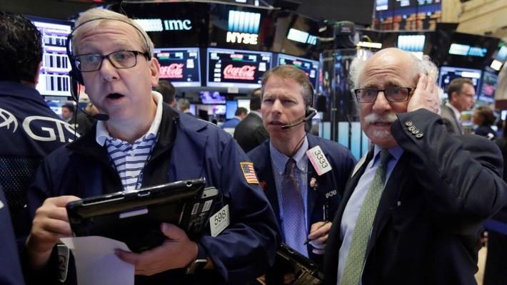 Các nhà giao dịch cổ phiếu ở Phố Wall trong một phiên giao dịch hồi năm 2016 - Ảnh: AP.