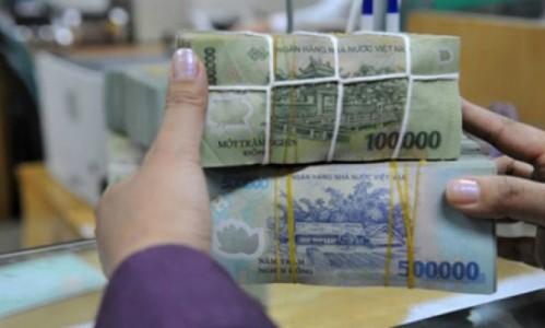 Giao dịch gửi tiền tại một ngân hàng cổ phần có trụ sở ở TP HCM. Ảnh:PV.