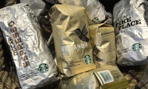 Các gói cà phê của Starbucks bên trong một cửa hàng của hãng này ở New York. Ảnh:Reuters