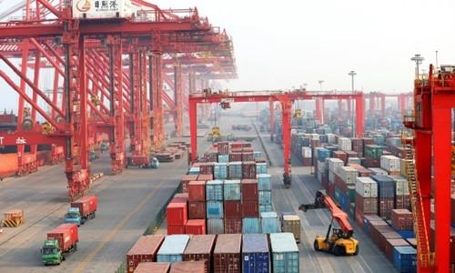 Container và xe tải tại một cảng biển ở Sơn Đông (Trung Quốc). Ảnh:Reuters