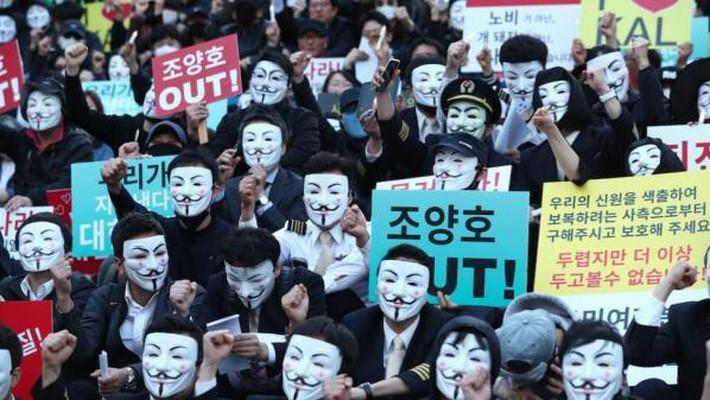 Hàng trăm người xuống đường biểu tình yêu cầu ông Cho Yang-ho từ chức - Ảnh: Yonhap.