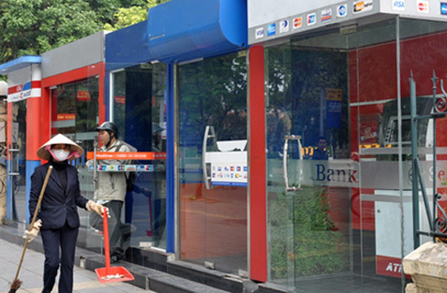 Nhân viên dọn dẹp vệ sinh tại chuỗi ATM trên đường phố Hà Nội. Ảnh:A.Q.