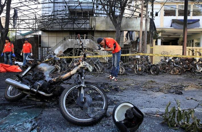 Hiện trường vụ đánh bom nhà thờ khiến ít nhất 13 người thiệt mạng ở Indonesia - ảnh 1