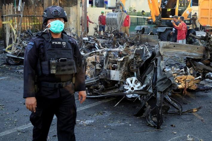 Hiện trường vụ đánh bom nhà thờ khiến ít nhất 13 người thiệt mạng ở Indonesia - ảnh 2