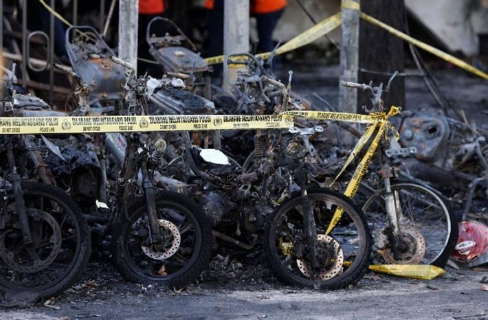 Hiện trường vụ đánh bom nhà thờ khiến ít nhất 13 người thiệt mạng ở Indonesia - ảnh 3