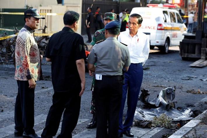 Hiện trường vụ đánh bom nhà thờ khiến ít nhất 13 người thiệt mạng ở Indonesia - ảnh 4