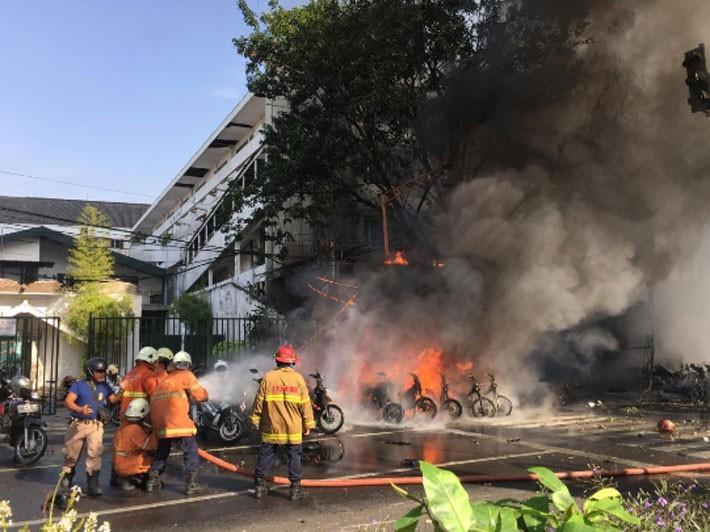 Hiện trường vụ đánh bom nhà thờ khiến ít nhất 13 người thiệt mạng ở Indonesia - ảnh 6