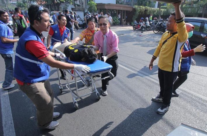 Hiện trường vụ đánh bom nhà thờ khiến ít nhất 13 người thiệt mạng ở Indonesia - ảnh 7