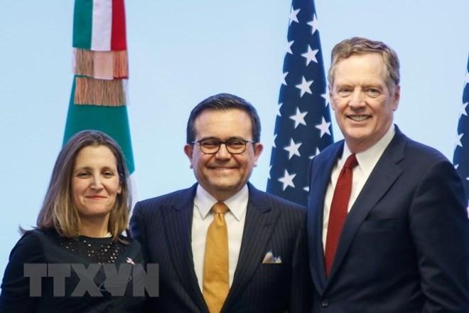 Bộ trưởng Kinh tế Mexico Ildefonso Guajardo (giữa), Đại diện thương mại Mỹ Robert Lighthizer (trái) và Ngoại trưởng Canada Chrystia Freeland tại cuộc họp báo sau vòng bảy tái đàm phán NAFTA ở Mexico City ngày 5/3. (Nguồn: THX/TTXVN)