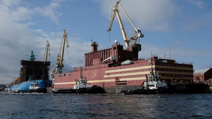 Nhà máy điện hạt nhân nổi Akademik Lomonosov ở St. Petersburg hôm 28/4 - Ảnh: Reuters.
