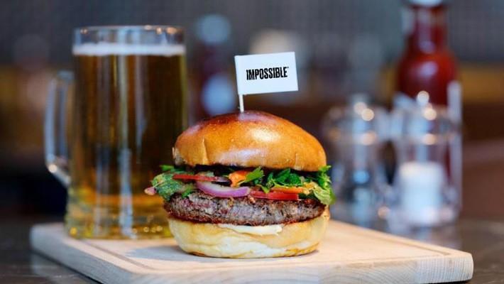 Impossible Burger làm từ các nguyên liệu thực vật gồm bột mì, khoai tây và dầu dừa.