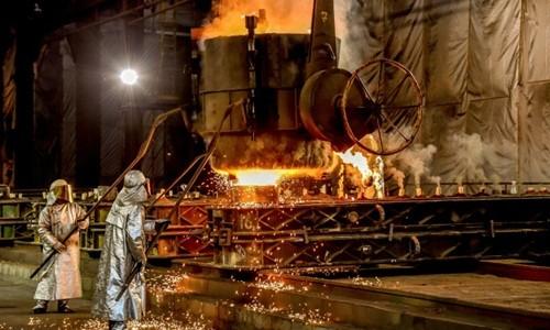 Trump áp thuế từ tháng ba để giải quyết tình trạng cung vượt cầu trong ngành thép và nhôm của Mỹ. Ảnh:AFP.