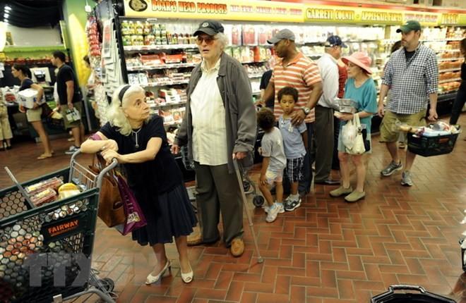 Người dân mua sắm tại một siêu thị ở New York, Mỹ. (Nguồn: AFP/TTXVN)