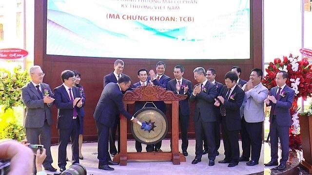 Ông Hồ Hùng Anh, Chủ tịch HĐQT Techcombank, đánh cồng chào mừng cổ phiếu TCB niêm yết trên HOSE. Ảnh: Internet