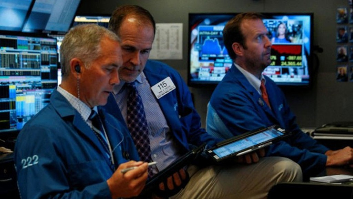 Các nhà giao dịch chứng khoán trên sàn NYSE ở New York, Mỹ - Ảnh: Reuters.