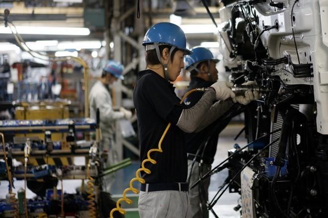 Công nhân làm việc tại dây chuyền sản xuất xe tải của Hãng Mitsubishi Fuso tại Kawasaki, Nhật Bản. (Nguồn: EPA/TTXVN)