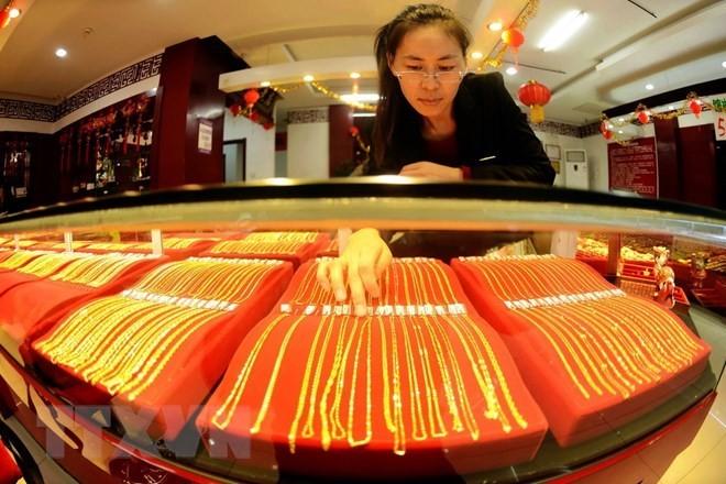 Vàng trang sức được bày bán tại một cửa hàng ở Sơn Đông, Trung Quốc. (Nguồn: AFP/TTXVN)