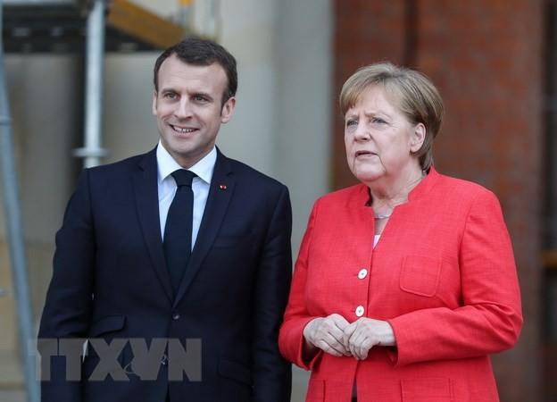 Tổng thống Pháp Emmanuel Macron (trái) đã có chuyến thăm và làm việc với Thủ tướng Đức Angela Merkel (phải) tại thủ đô Berlin, để thảo luận về tương lai của Liên minh châu Âu vào ngày 19/4. (Nguồn: THX/TTXVN)