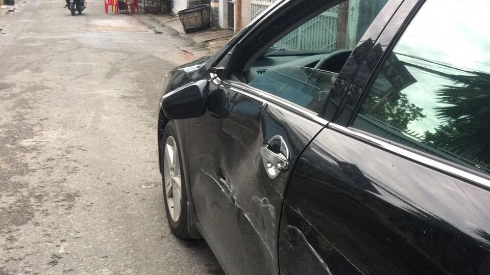 Theo phản ánh của nhà thầu, chiếc ô tô camry 5 chỗ chở nhà thầu bị một ô tô tải loại 500 kg mang biển số 60C-42074 cố tình tông vào