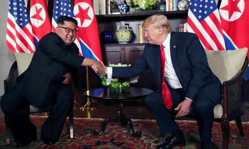 Tổng thống Mỹ Donald Trump và lãnh đạo Triều Tiên Kim Jong-un bắt tay tại cuộc họp riêng sáng nay. Ảnh:Reuters.