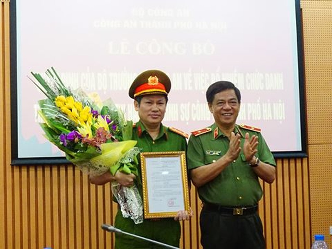 Thiếu tướng Đoàn Duy Khương trao quyết định và chúc mừng Đại tá Nguyễn Văn Viện. Ảnh ANTĐ