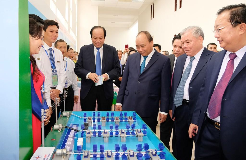 Thủ tướng Nguyễn Xuân Phúc thăm các gian hàng trưng bày sản phẩm tiêu biểu của tỉnh Sóc Trăng. Ảnh: Hiếu Nguyễn