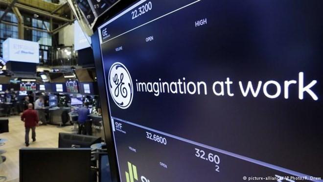 Bảng thông báo niêm yết cổ phiếu General Electric ở sàn chứng khoán New York. (Nguồn: DW)