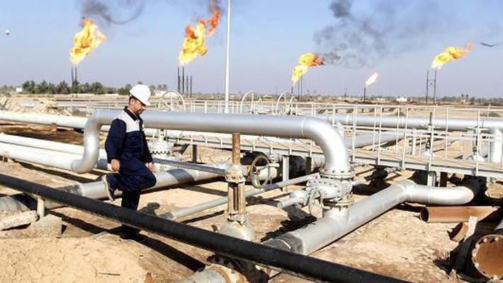 Một công nhân dầu khí làm việc trên mỏ dầu ở Basra, Iraq - Ảnh: Reuters/CNBC.