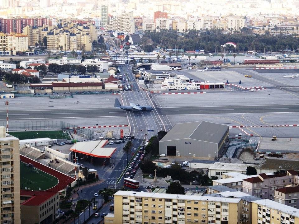 Những đường băng sân bay đáng sợ nhất trên thế giới - ảnh 7