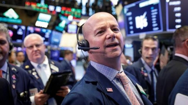 Các nhà giao dịch cổ phiếu trên sàn NYSE ở New York, Mỹ, ngày 5/7 - Ảnh: Reuters.