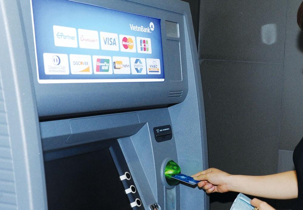 Từ 15/7, phí rút tiền ATM nội mạng của Vietcombank, VietinBank, Agribank và BIDV sẽ đồng loạt tăng từ 1.100 đồng lên 1.560 đồng/lần. Ảnh: Quang Tuấn