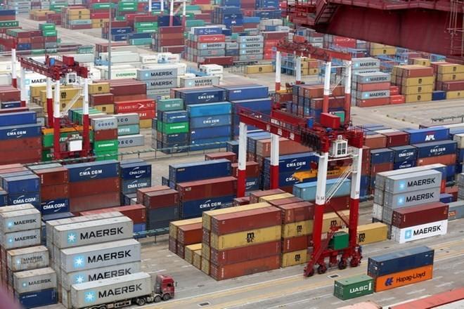 Xếp dỡ hàng hóa tại cảng ở Thanh Đảo, tỉnh Sơn Đông của Trung Quốc ngày 30/4 vừa qua. (Nguồn: EPA/TTXVN)