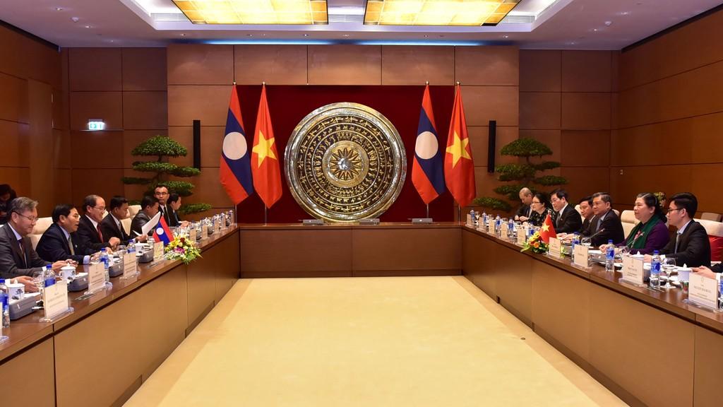 Phó Chủ tịch Thường trực Quốc hội Tòng Thị Phóng hội đàm với Phó Chủ tịch Quốc hội Lào. Ảnh: Vũ Quang Khánh