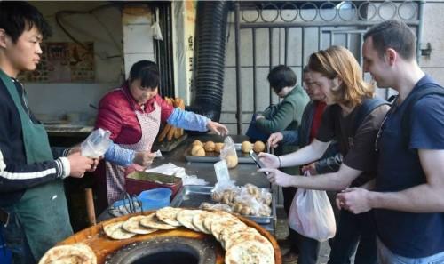 Trào lưu thanh toán di động đã lan tỏa khắp mọi ngõ ngách tại Trung Quốc. Ảnh Xinhua.
