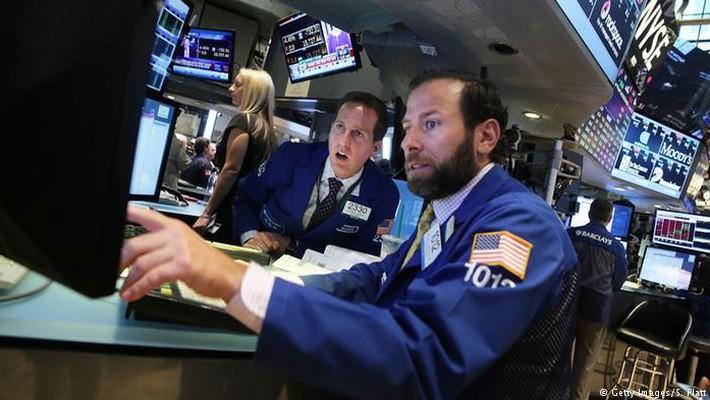 Các nhà giao dịch cổ phiếu trên sàn NYSE ở New York, Mỹ - Ảnh: Getty.