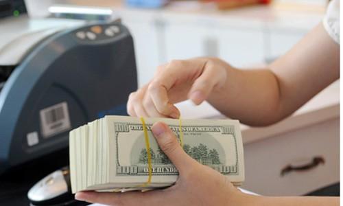 Giao dịch USD tại một ngân hàng thương mại. Ảnh:PV.