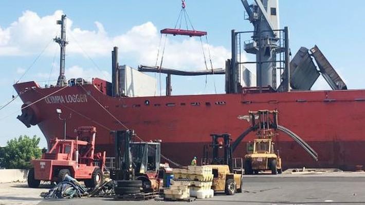 Thép nhập khẩu được dỡ xuống từ tàu chở hàng tại cảng Wilmington, bang Delaware, Mỹ - Ảnh: CNBC.