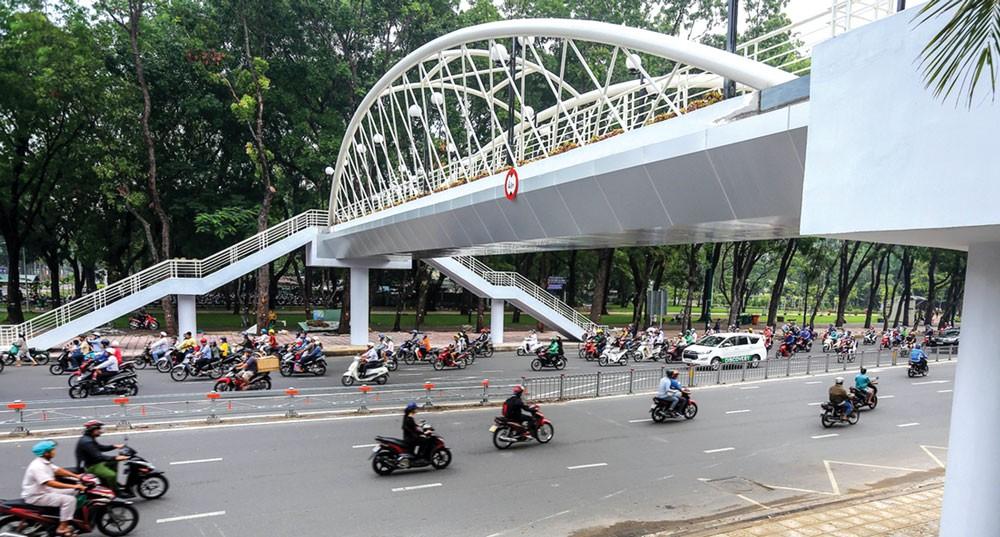 TP.HCM đề xuất thanh toán cho nhà đầu tư BT các cầu vượt bộ hành bằng việc cho phép gắn các tấm quảng cáo điện tử bên thành cầu. Ảnh: Phước Tuấn