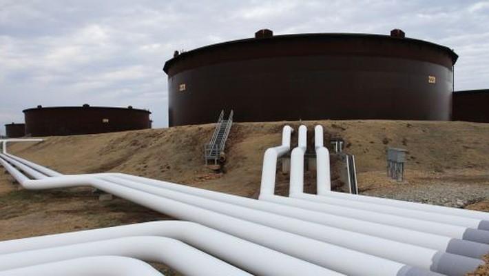 Bể chứa và đường ống dẫn dầu tại cảng dầu Cushing ở bang Oklahoma, Mỹ - Ảnh: CNBC.