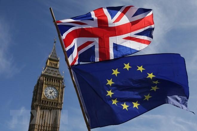 Cờ Anh (phía trên) và cờ EU tại thủ đô London, Anh. (Nguồn: AFP/TTXVN)