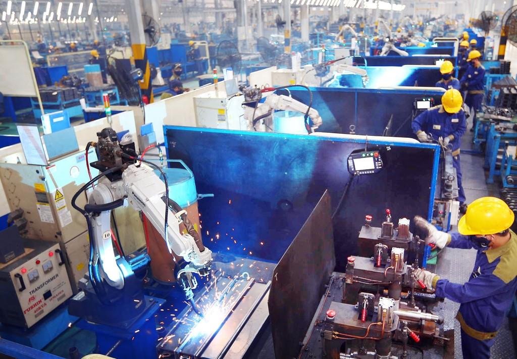 Việc ứng dụng công nghệ robot - cơ điện tử trong quá trình sản xuất ở Việt Nam chưa nhiều. Ảnh: LTT