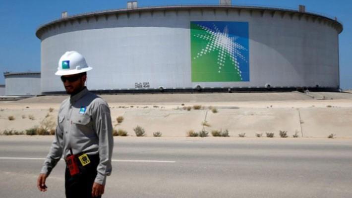 Một nhân viên của Saudi Aramco đi qua một bể chứa dầu tại nhà máy lọc dầu Ras Tanura của hãng này - Ảnh: Reuters.
