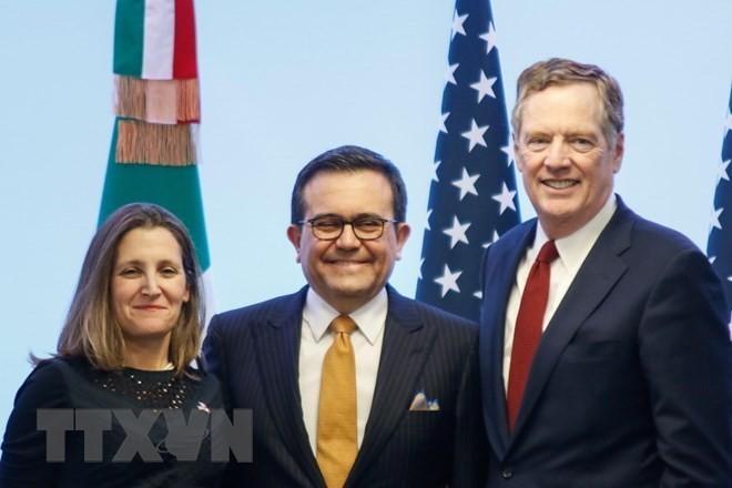 Bộ trưởng Kinh tế Mexico Ildefonso Guajardo (giữa), Đại diện thương mại Mỹ Robert Lighthizer (trái) và Ngoại trưởng Canada Chrystia Freeland tại cuộc họp báo sau vòng 7 tái đàm phán NAFTA ở Mexico City ngày 5/3. (Nguồn: THX/TTXVN)