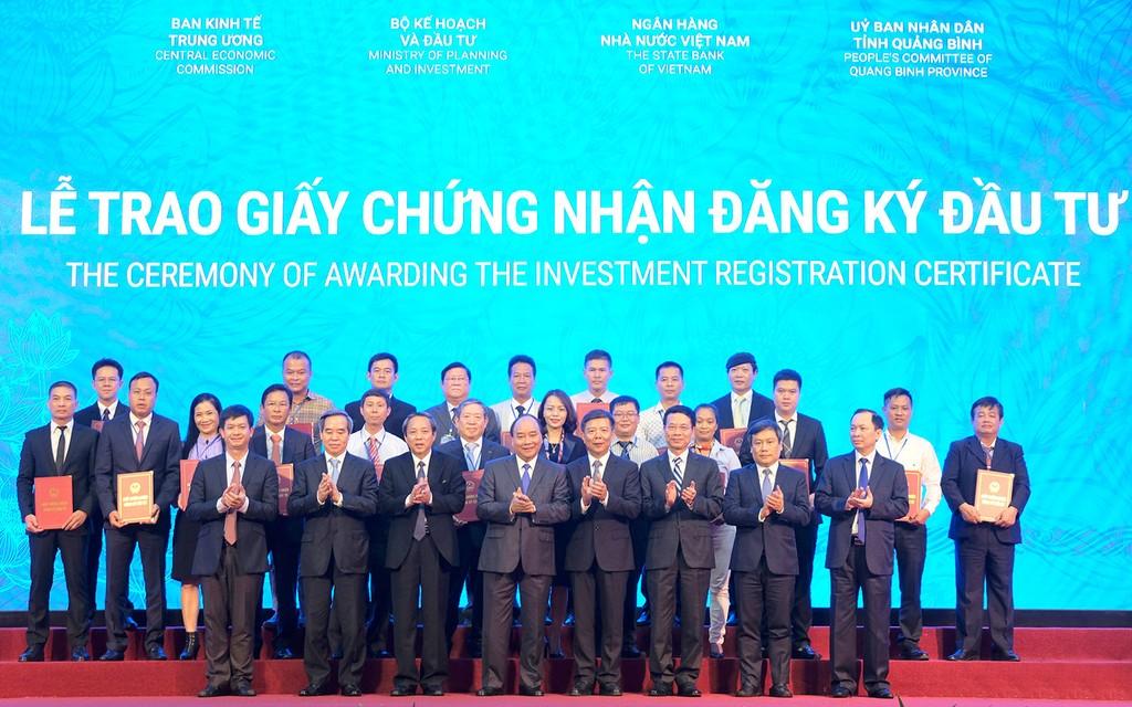 Thủ tướng Nguyễn Xuân Phúc chứng kiến Lễ trao giấy chứng nhận đăng ký đầu tư và biên bản thỏa thuận hợp tác đầu tư cho 66 dự án tại tỉnh Quảng Bình. Ảnh: Hiếu Nguyễn