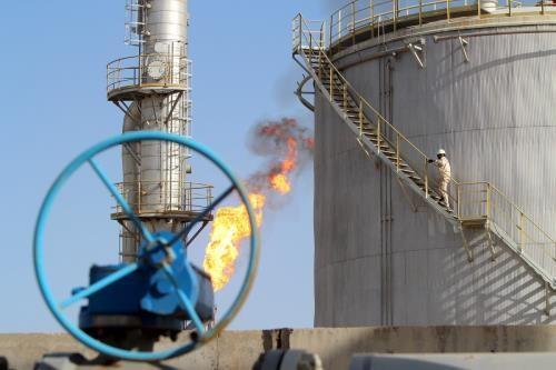 Giá dầu thế giới đi xuống trong phiên 28/8. Ảnh: reuters