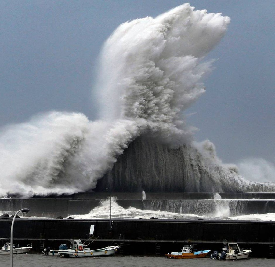Hình ảnh sau cơn bão mạnh nhất 25 năm ập vào Nhật Bản - ảnh 2
