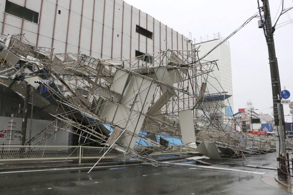 Hình ảnh sau cơn bão mạnh nhất 25 năm ập vào Nhật Bản - ảnh 9