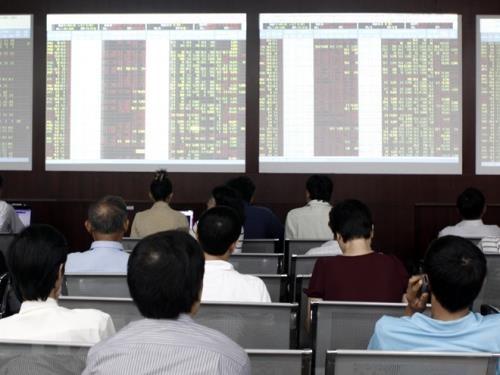 Chứng khoán ngày 6/9: Thị trường đỏ lửa, VN- Index mất mốc 960 điểm. Ảnh: TTXVN