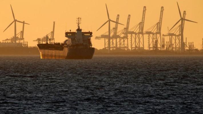 Một con tàu chở dầu neo đậu gần cảng Marseille, hôm 5/10/2017 - Ảnh: Reuters.