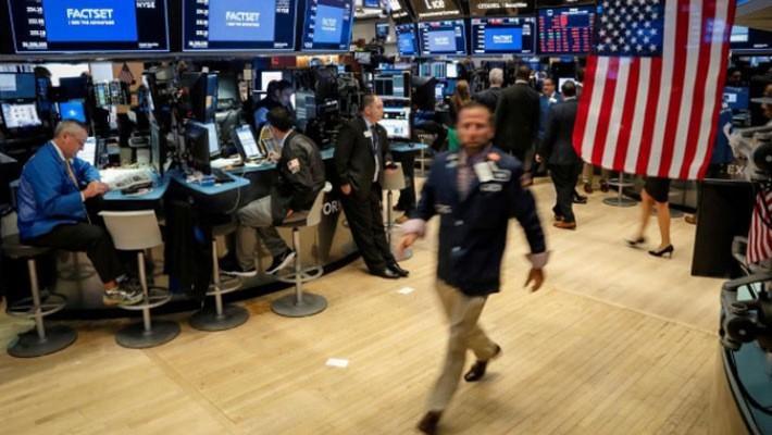 Các nhà giao dịch cổ phiếu trên sàn NYSE ở New York, Mỹ - Ảnh: Reuters